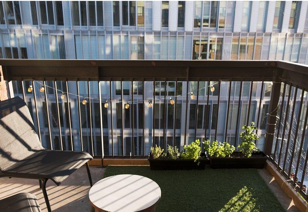 trawa na balkonie